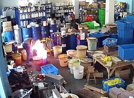 员工救火竟用嘴吹,员工救火用嘴吹,宁波员工用嘴吹火