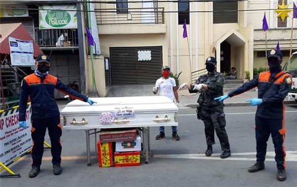 街头抬棺材宣传防疫,菲律宾街头抬棺材宣传防疫,菲律宾疫情最新消息