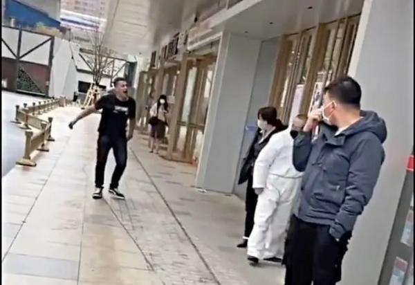陕西西安一外籍男子拒戴口罩用手机砸防疫人员被限期离境