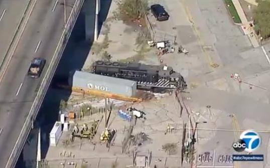 男子开火车撞美国海军医疗船,称想用这种方法吸引注意力