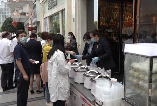 武汉五星级酒店路边卖早餐 受疫情影响转型做小餐饮?