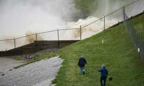 美国密歇根州两大坝决堤,上万人在洪水中紧急撤离