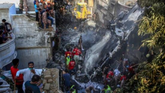 巴基斯坦坠机幸存者讲述经历,事故发生前一切都很平稳