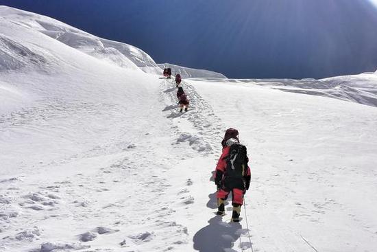 珠峰测量登山队向海拔8300米进发,预计于5月27日凌晨登顶
