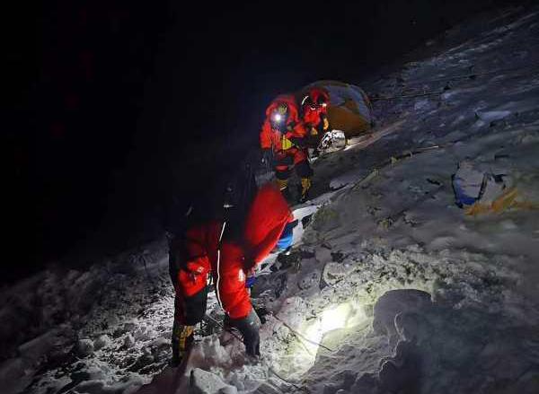 珠峰高程有多长?珠峰高程测量登山队开始冲顶