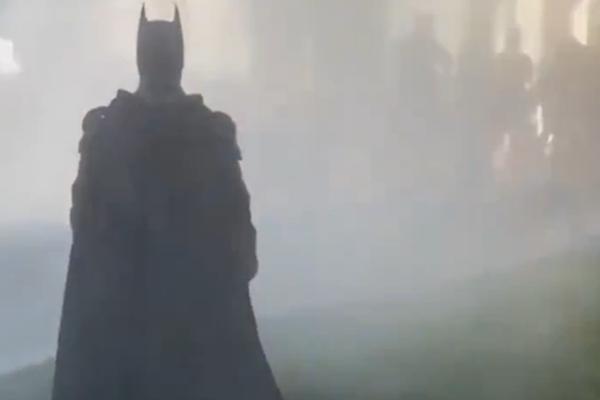 示威者现身白宫对面抗议_蝙蝠侠现身美国抗议费城摇身一变成为哥谭?