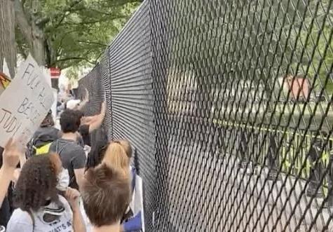 白宫外广场竖起铁网 抗议者集合试图推到