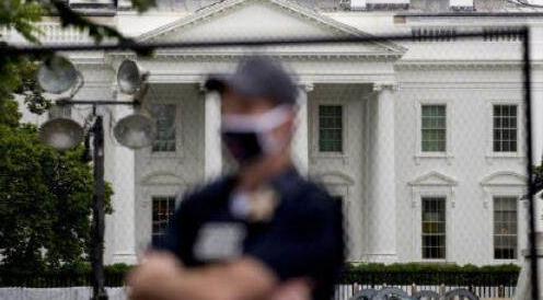 美国白宫外广场竖起铁网,特朗普二度躲进地下掩体