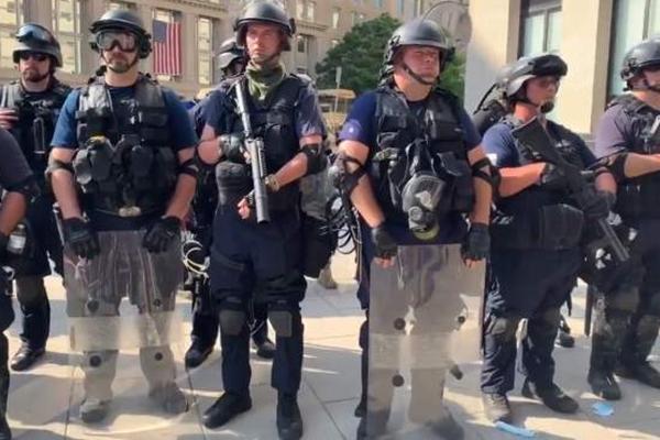 华盛顿现身神秘武装人员_在此之前特朗普称将调用联邦军队维护治安