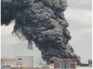 浙江绍兴工厂大火黑烟遮天蔽日 起火原因正在调查
