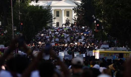 美抗议人数创纪录,华盛顿市长与抗议者一同走上街头