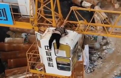 爬30米塔吊上轻生结果睡着了,消防人员不紧不慢安全将其带离
