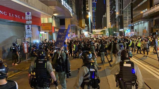 香港示威者非法集结霸占马路影响交通 被香港警察拘捕53人