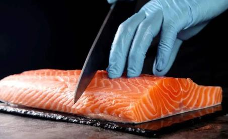 三文鱼会传染新冠吗?最近鱼类食品还能不能吃?