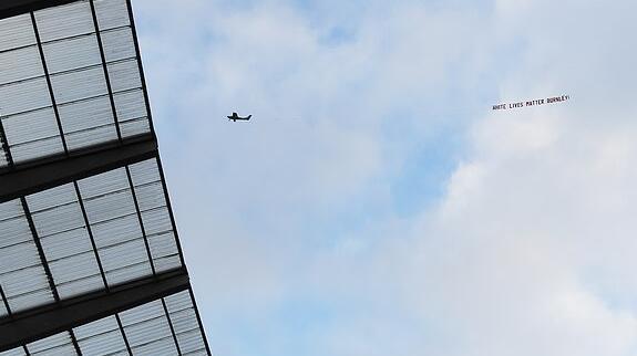 美国曼城球场上空飞过争议标语:白人的命也是命