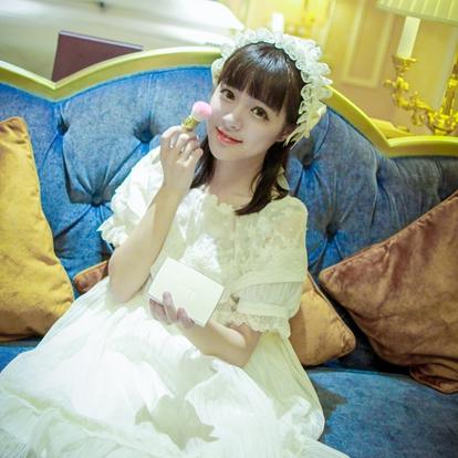 石雪婧,中国内地女演员。2015年,录制节目《一站到底》因清纯可爱的形象被大家熟知和喜爱。2016年,录制湖南卫视2016暑期大型少女团体综艺节目《夏日甜心》第三期。