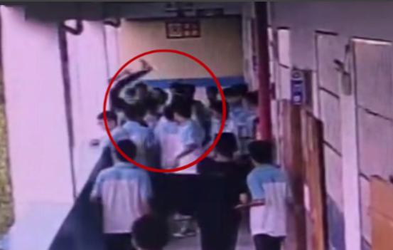 广西一初中生将同学扔下楼案件开庭 检方建议量刑5-10年