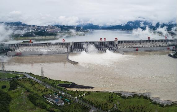 入库流量达4万立方米/秒 三峡水库今年首次泄洪