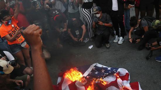 抗议者在白宫外烧美国国旗 怒喊:美国从来没有伟大过.