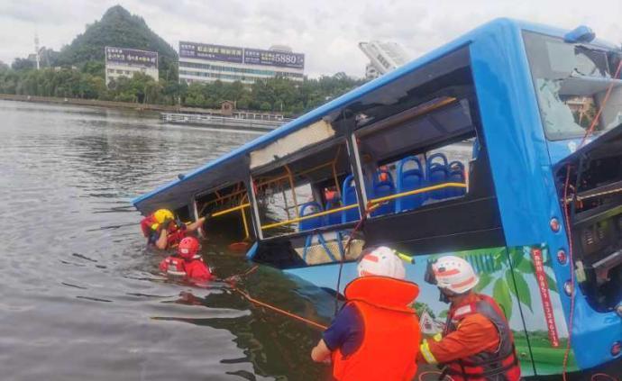 贵州安顺坠入水库公交已致21人死亡,15人送往医院进行救治