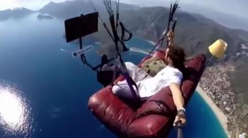土耳其男子⊙坐沙发飞上天,他还打开电视看起了猫和老鼠