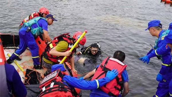 公交坠湖幸存学生讲述事故经过,事发前包括司机在内没有发现任何异常