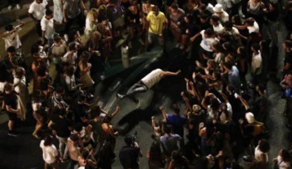 法国千人无防护街头蹦迪,网友戏称他们在与病毒共舞