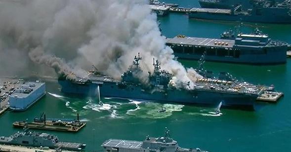 美军一两栖攻击舰爆炸起火21伤,舰艇将会持续燃烧数日