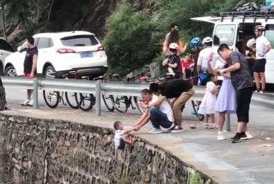 官方回应小孩被挂峭壁上拍照:已加强巡逻