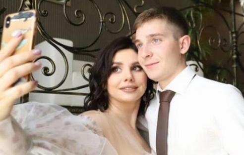 俄罗斯女网红与继子结婚,坚定的认为两人是真爱不会受他人影响