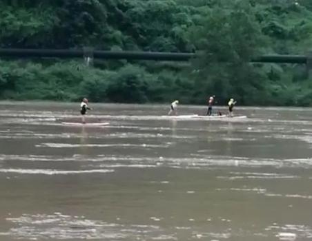 四川7人迎洪『水冒险漂流2人失联,目前仍在搜救看著百花��侵髦�