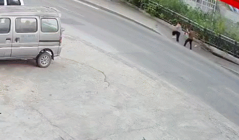 重庆人行道突然垮塌,2名路人瞬间懵逼掉坑里