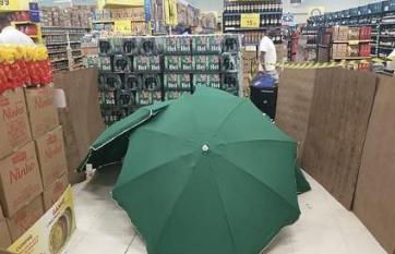 巴西家乐福员工猝死用伞遮住继续营业,网友:太冷血了!