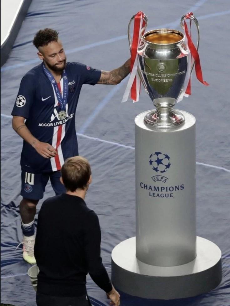 欧冠决赛拜仁1-0战胜巴黎夺得第六冠 内马尔赛后落泪摸了摸奖杯