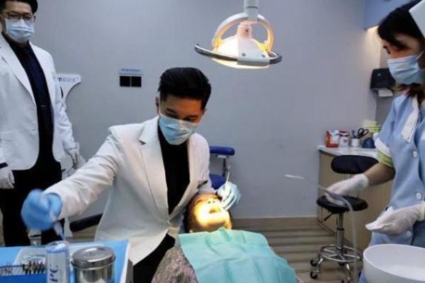 可米小子主唱许君豪居然在成都当牙医 明星帮你看牙不是梦