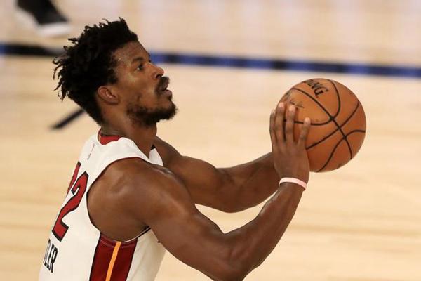 2020年NBA季后赛热火队VS雄鹿队比赛热火大比分2-0领先 巴特勒0秒罚球绝杀