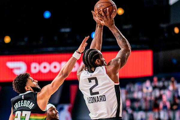 2020年NBA季后赛快船VS掘金伦纳德中指盖帽 快船12分逆转