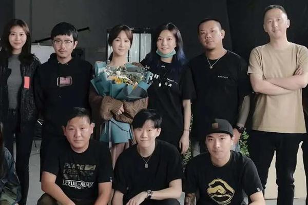 杨紫成功追星赵薇 《听见她说》幕后合照粉丝与偶像同框并肩站在一起