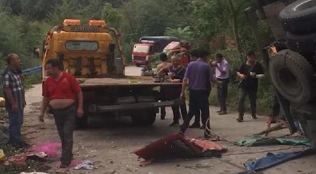 河南商城货车侧翻致8死11伤,网友:贪小便宜吃大亏
