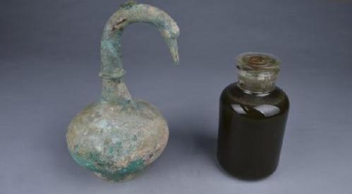 河南鹅首曲颈青铜壶,内装可以止血消炎的药酒