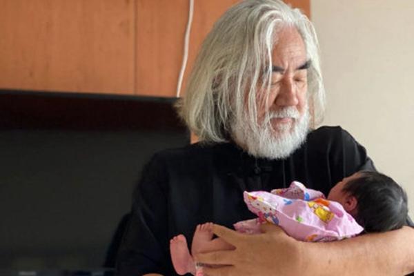 杜星霖首晒69岁张纪中怀抱小女儿 顶花白头发双手抱女儿满眼爱意