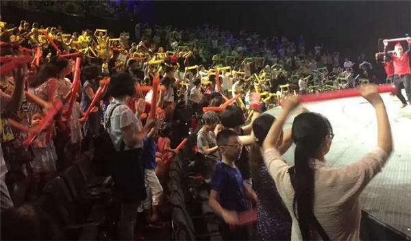 湖北武昌抗疫夫妇看演出身亡,移动座椅无防护酿悲剧