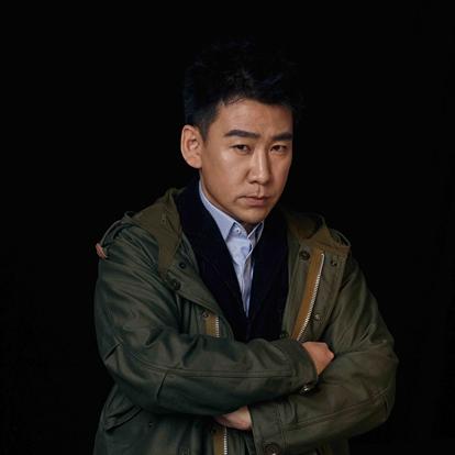 蒋一铭,出生于新疆,毕业于北京电影表演学院2002级。2000年,出演第一部作品《大宅门》。2001年,出演近代历史剧《走向共和》。2006年,主演改编自真实故事的公益微电影《我想有个家》。