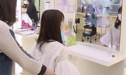 日本美发店魔镜可预览发型,各种细节可根据顾客需求微调