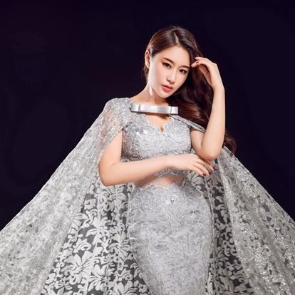 """韩昕怡,1990年10月4日出生于陕西省西安市,中国内地女演员、歌手、模特,毕业于北京电影学院。2008年,参加《亚洲小姐》选美大赛,取得了十强的成绩。2009年,开始受邀成为《男人装》杂志的平面模特 。2013年,加入足球宝贝 """"风花雪月""""组合。"""
