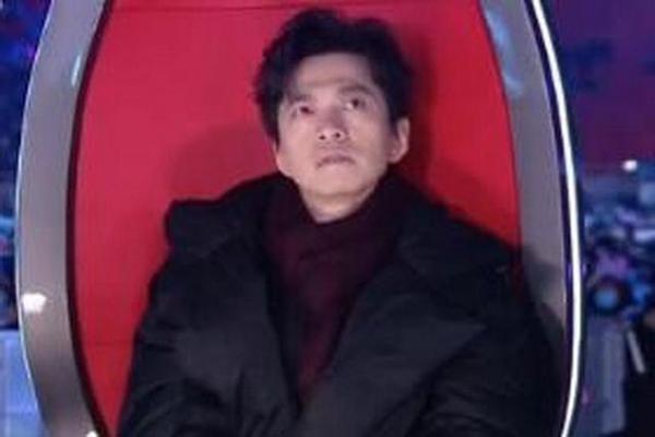 李健唱完就穿上了棉袄 单依纯好声音冠军
