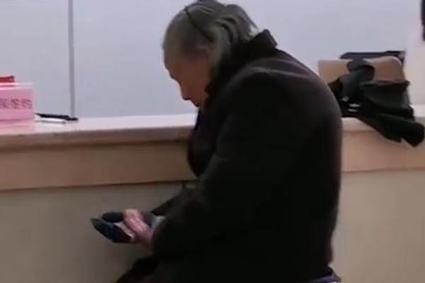 医保局回应老人用现金交医保被拒,老人冒雨用现金交医保被拒