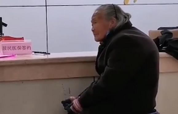 老人冒雨用现金交医保被拒,老人现金交医保被拒