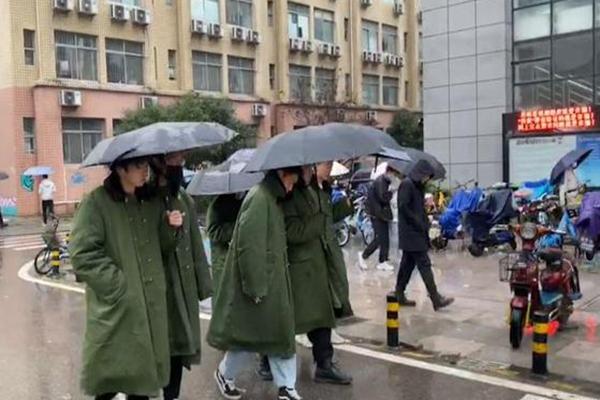 """武汉大一男生组团穿军大衣上课 当代大学生的""""迷惑行为"""""""