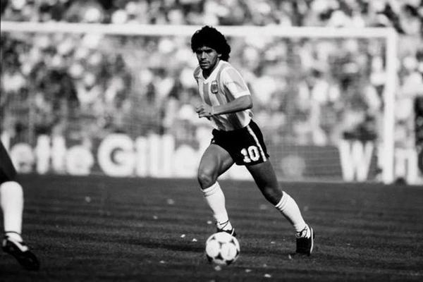 球王马拉多纳心脏骤停去世 阿根廷全国哀悼三天,梅西、C罗等发文缅怀
